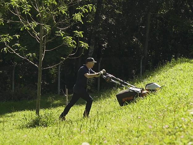 Como cortar grama em terreno inclinado?